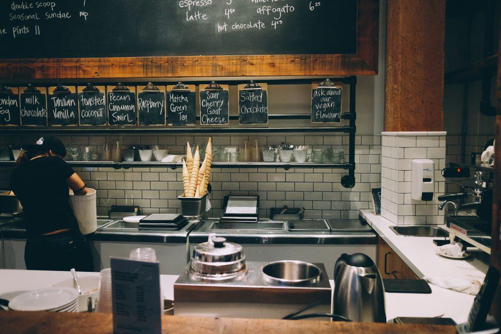 Wyposażenie restauracyjnej kuchni- piec konwekcyjno-parowy