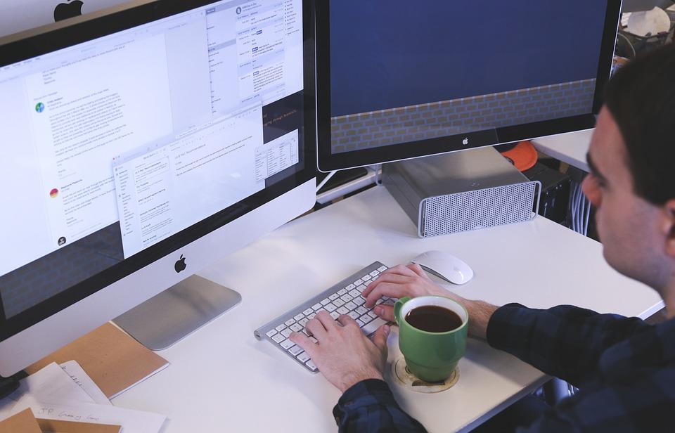 Szukanie oszczędności w firmie często wymaga pomocy