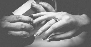 Jak wybrać pierścionek zaręczynowy bez gafy?